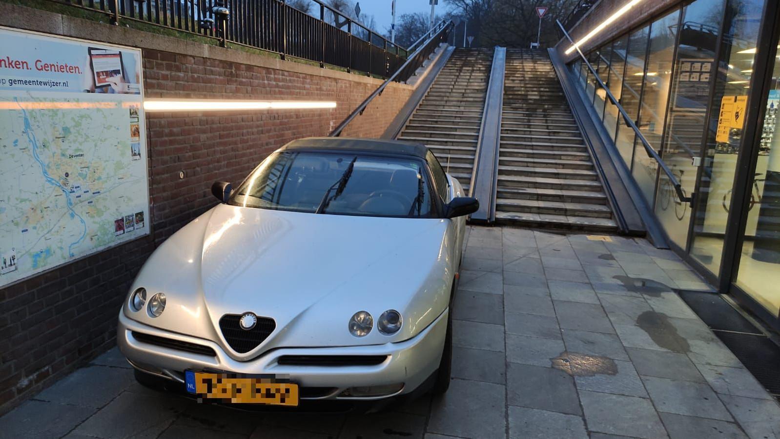Een bestuurder van een Alfa Romeo parkeerde vanochtend zijn auto onder aan de trap van de fietsenstalling bij het station in Deventer. En pakte vervolgens de trein.