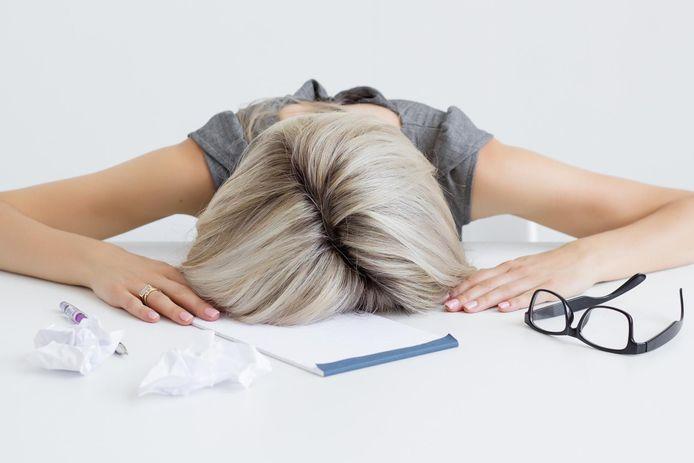 Les symptômes que ressentent la plupart de ces personnes vont de plaintes légères à des douleurs, un épuisement extrême, des problèmes de mémoire, des troubles du système nerveux ou des dommages aux organes.