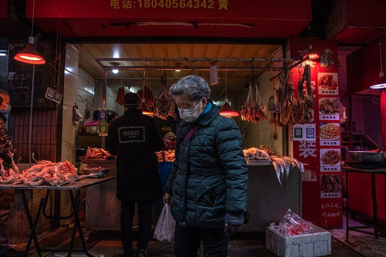 Een marktstal voor vlees in Wuhan. Onduidelijk is in hoeverre de wildhandel in Wuhan is hervat.  Beeld EPA
