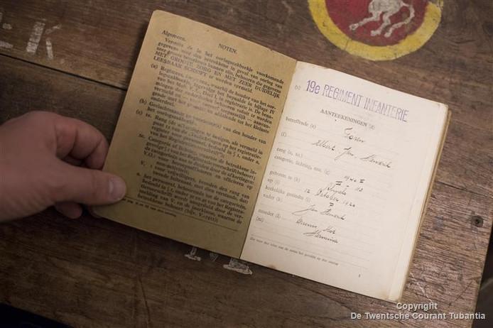 Met dit oorlogszakboekje van zijn opa begon de fascinatie voor WOII bij Bert-Jan Dierink