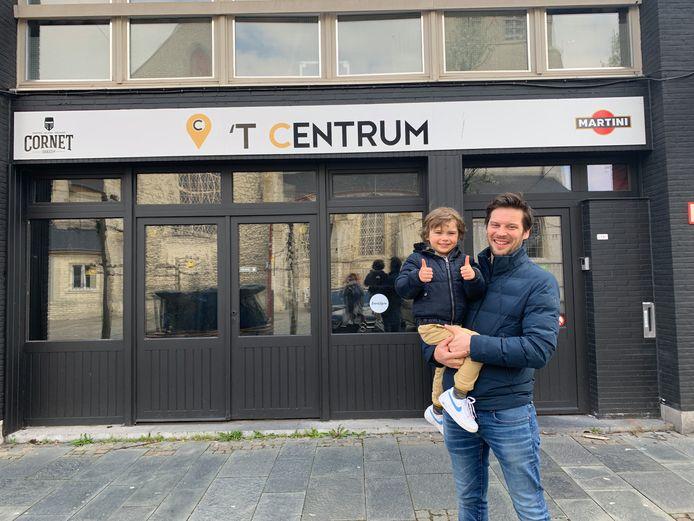 Greg Camerlinckx en zoontje Eden bij café en feestzaal 't Centrum - Londerzeel