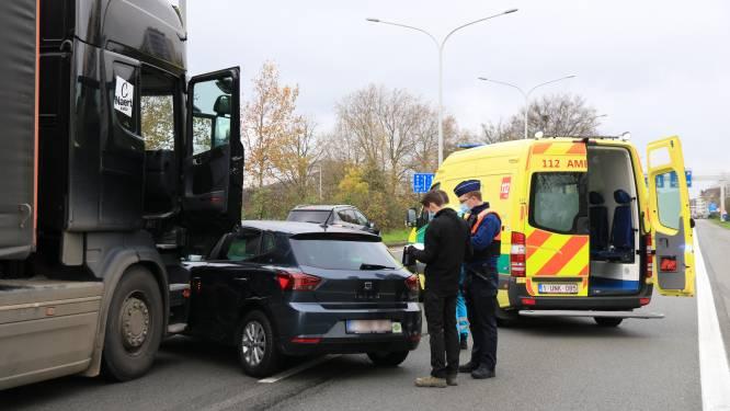 Bestuurster lichtgewond bij aanrijding met vrachtwagen op Prins Alexanderlaan