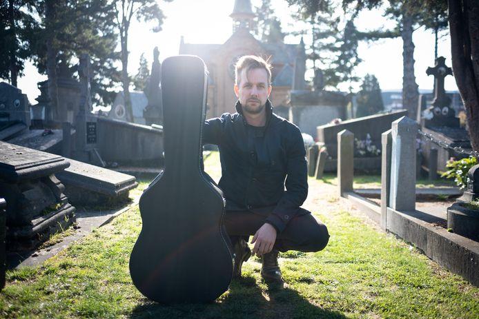 Peter De Roeck op het kerkhof van Mechelen