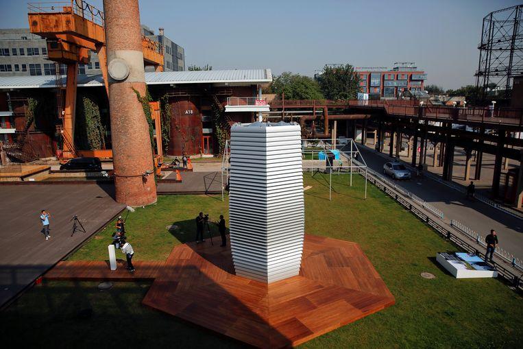 De eerste Smogvrije Toren, een zeven meter hoge constructie, staat in een industrieterrein in Peking. Beeld REUTERS