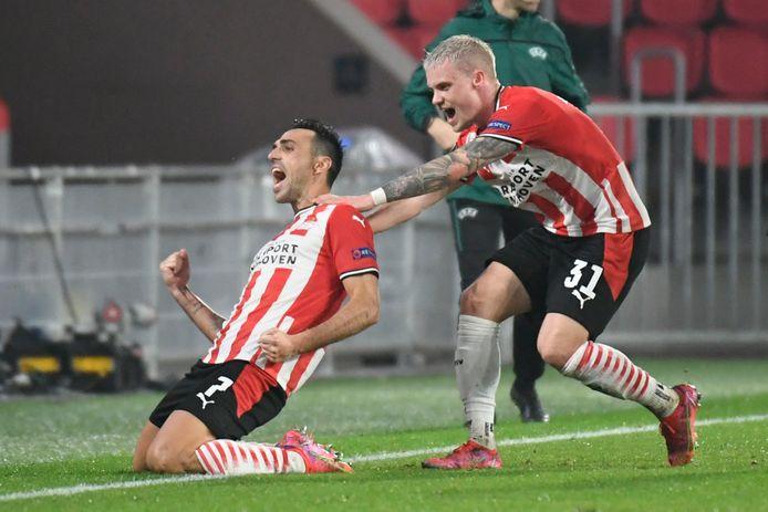 Eran Zahavi en Philipp Max vieren een goal tegen Olympiakos in het Europa League-toernooi.