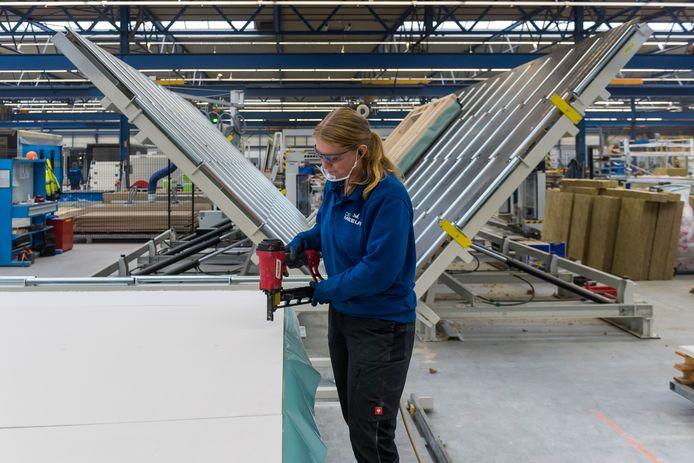 De Meeuw heeft zijn 'panelenstraat' voor de productie van wanden van de modules voor gebouwen deels geautomatiseerd.