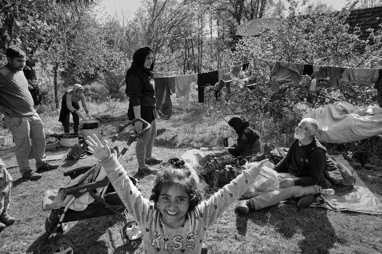 Slechts meters van de grens met Kroatië hoopt een Afghaans gezin dat de grenscontroles gedurende het Suikerfeest minder streng zijn. Beeld Eddy van wessel