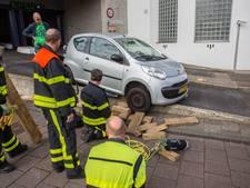 Ritje uit de parkeergarage eindigt voor bestuurster bovenop betonnen muurtje
