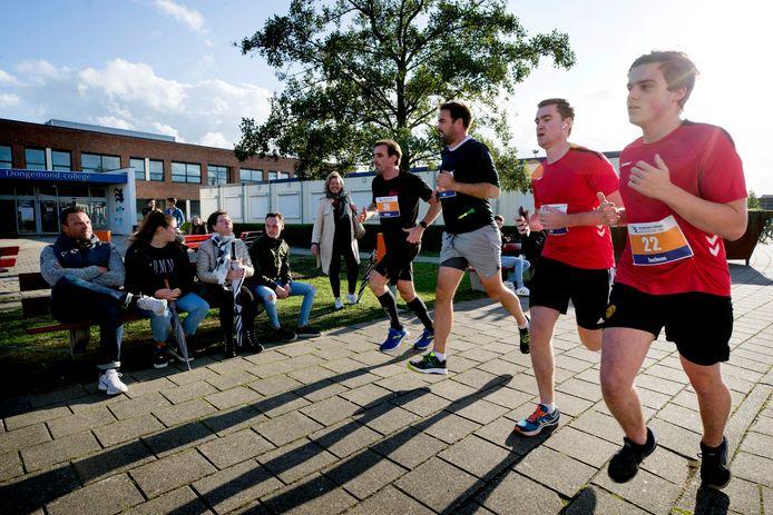 Havo 5-leerlingen van het Dongemond college zijn onderweg tijdens de alternatieve Singelloop van hun school.