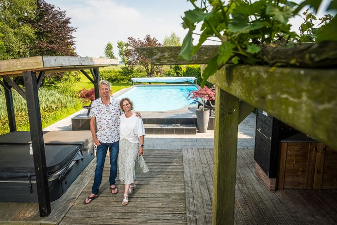 Harry en Jacqueline Mouris bij hun zwembad en jacuzzi, waar gasten van de B&B in Oosterwolde onder meer gebruik van kunnen maken.