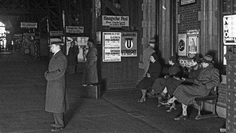 Reizigers op perron 1 van Amsterdam CS in 1933. Beeld ANP
