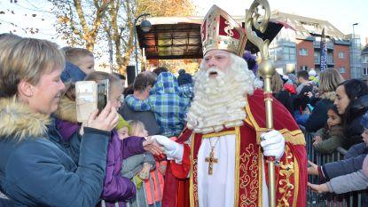 Kinderen verwelkomen Sinterklaas in Ninove