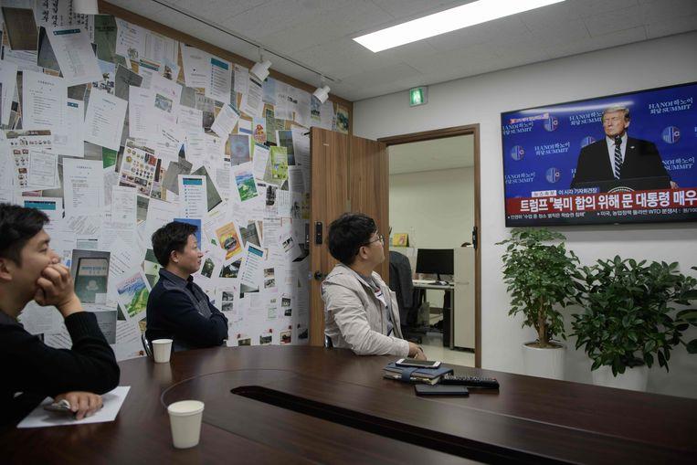 Noord-Koreanen die het land zijn ontvlucht kijken in het kantoor van Free North Korea Radio in Seoel naar de persconferentie van president Trump in Hanoi.  Beeld AFP