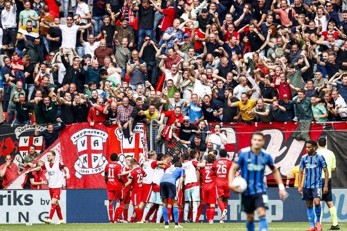 I giocatori dell'FC Twente festeggiano con il pubblico un pareggio.