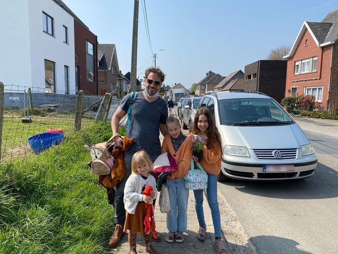 Pieter Oosterlinck, papa van Nette, Nariette en Lucie begrijpt de bezwaren van de buren, maar vindt de enkele rijrichting in de straat wel beter.
