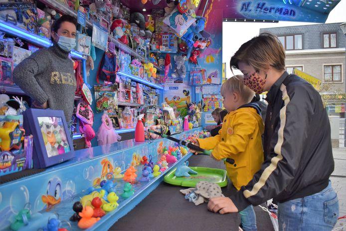 Met de kaart kunnen kinderen een aantal gratis ritjes maken op de kermis of krijgen ze korting of extra jetons bij de foorkramers.