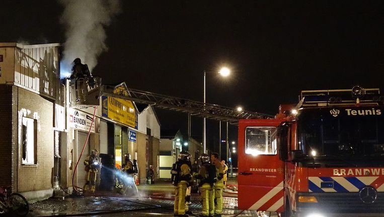 De brandweer verricht bluswerkzaamheden in het pand op de Contactweg. Beeld Reinder van Zaanen