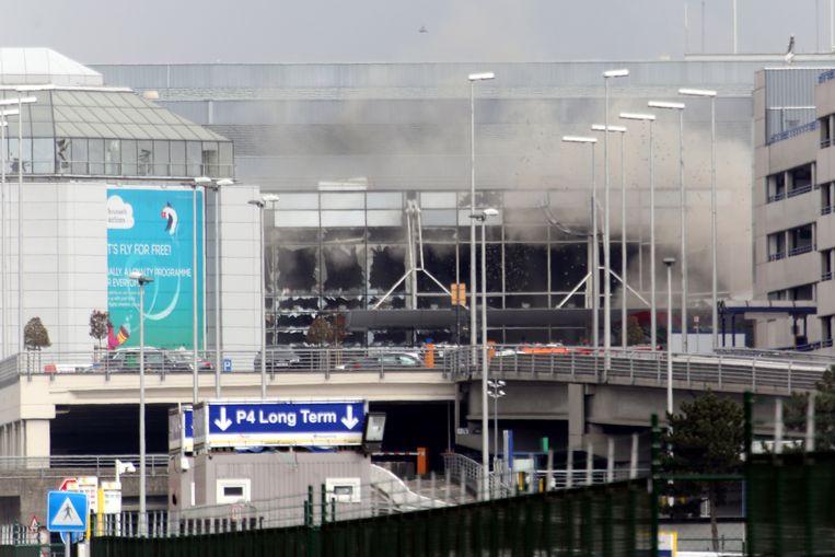 De schade aan de luchthaven van Zaventem is enorm, reddingswerkers zijn met man en macht bezig met het opruimen. Beeld Getty Images