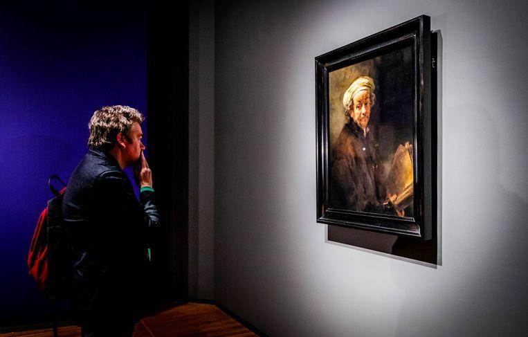 Een bezoeker kijkt naar een schilderij van Rembrandt in het Rijksmuseum. Beeld Hollandse Hoogte /  ANP