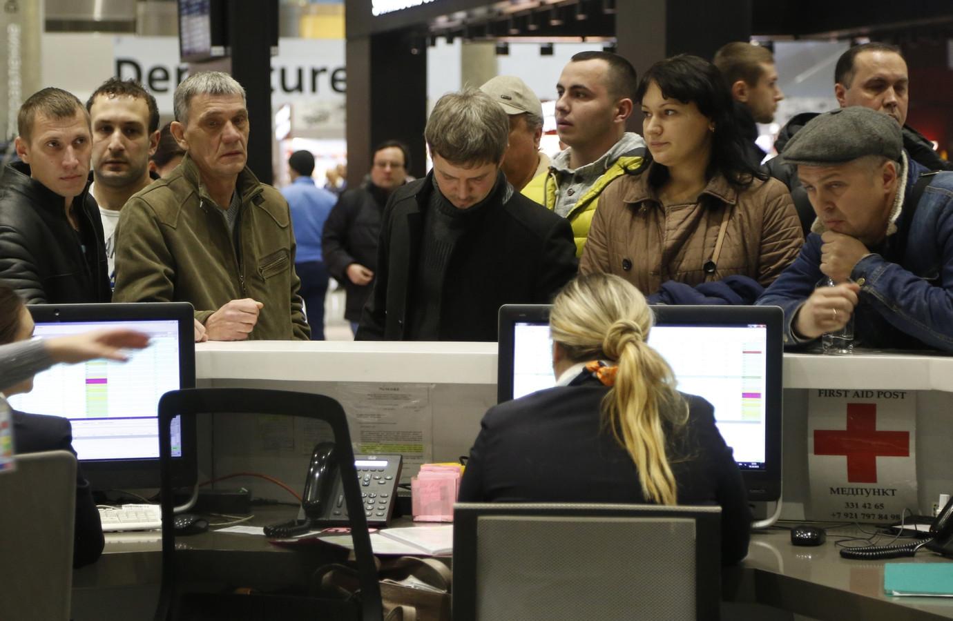Familieleden van passagiers informeren in St. Petersburg naar het laatste nieuws over het gecrashte vliegtuig