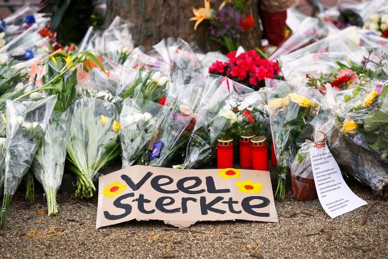Belangstellenden leggen bloemen op het 24 Oktoberplein Beeld ANP