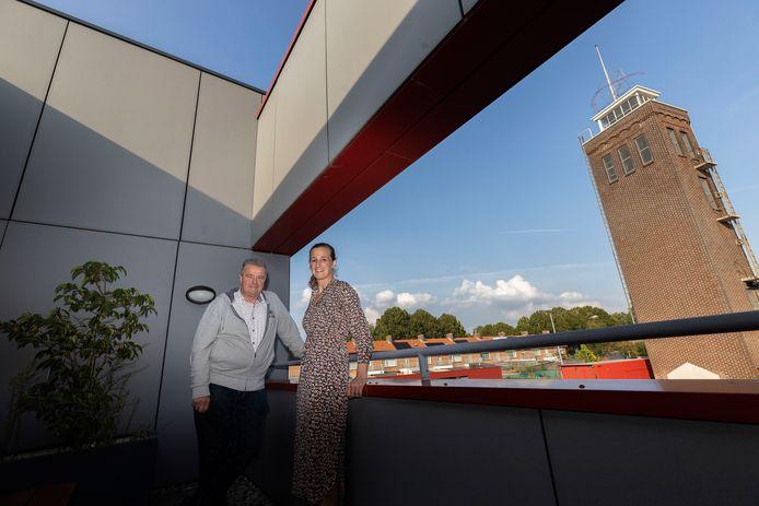 Rinus Verhees en Monique Reuvers bij de brandweertoren, die onderdeel wordt van het nieuwe brandweermuseum.