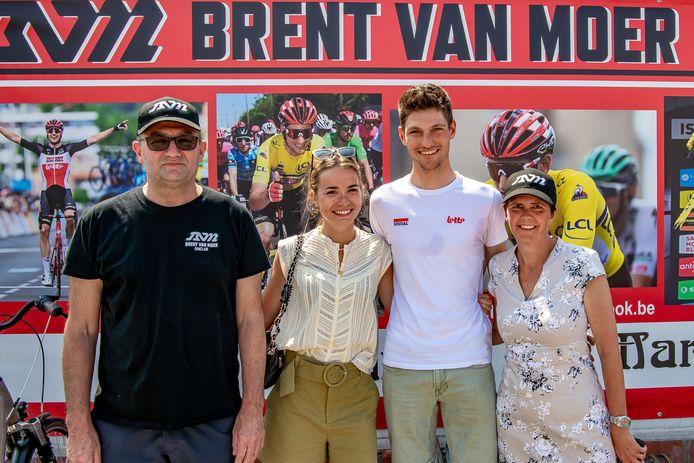 Brent Van Moer bracht met zijn vriendin Nette woensdag een bezoek aan de supportersvereniging met café Roos Pap als thuisbasis.