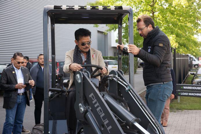 De Indonesische landbouwminister Syahrul Yasin Limpo (in beige colbert) bracht een werkbezoek aan de Peeters Group in Etten-Leur, die landbouwmachines maakt.