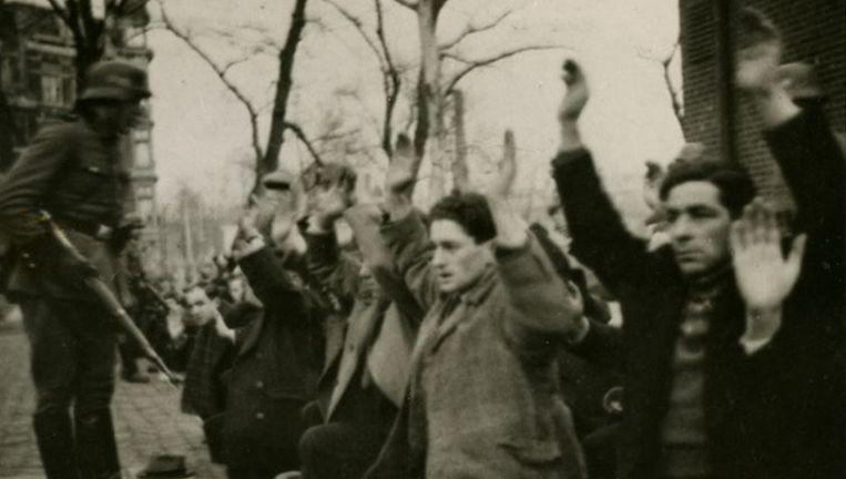 Als represaille voor de Februaristaking pakten de Duitsers 427 willekeurige Joodse mannen op en voerden hen af. Slechts twee mannen keerden na de oorlog levend terug. Een Duitse soldaat fotografeerde de razzia op het Jonas Daniël Meijerplein. De foto's bleven bewaard en kwamen na de oorlog boven water. Ze bevinden zich nu in het archief van het NIOD. Beeld