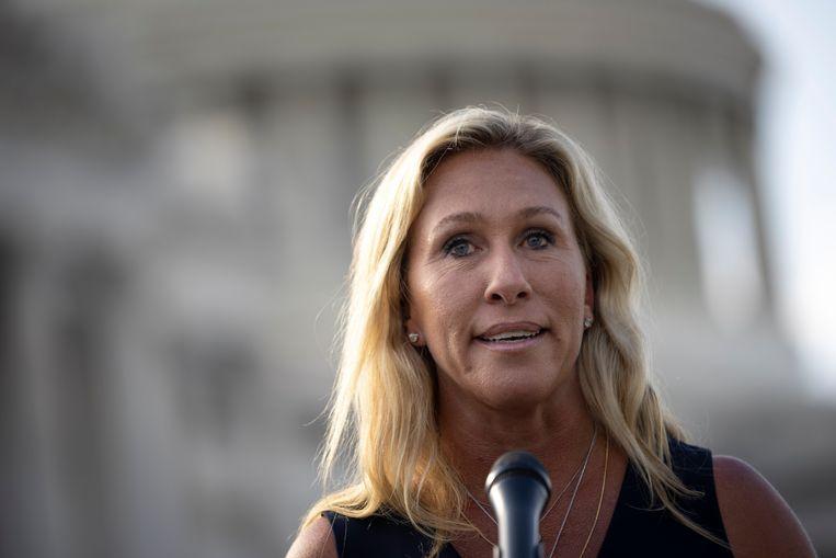 Het Republikeinse congreslid Marjorie Taylor Greene biedt op een persconferentie haar excuses aan. Beeld Getty Images