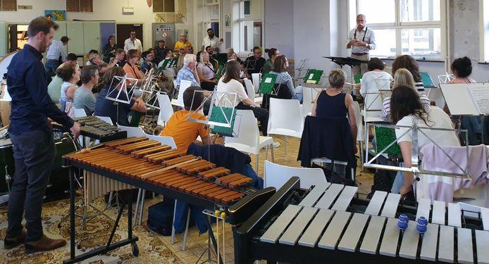 POPERINGE De Koninklijke Poperingse Harmonie Sint-Cecilia heeft deze maand de repetities hervat zonder beperkingen en op een nieuwe locatie namelijk op de Vroonhofsite.