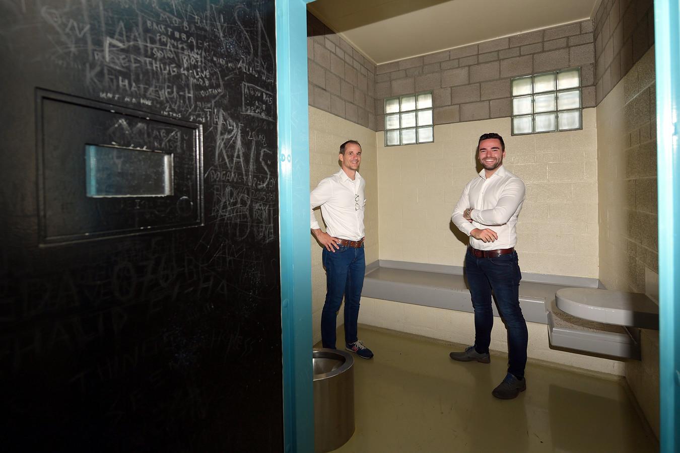 Zelfs de cellen gaan de verhuur in. En daar gaat vastgoedbeheerder Boy van der Velde (rechts) voor zorgen. Links naast hem Bart van Loenhout, vastgoedmanager bij de gemeente Bergen op Zoom.