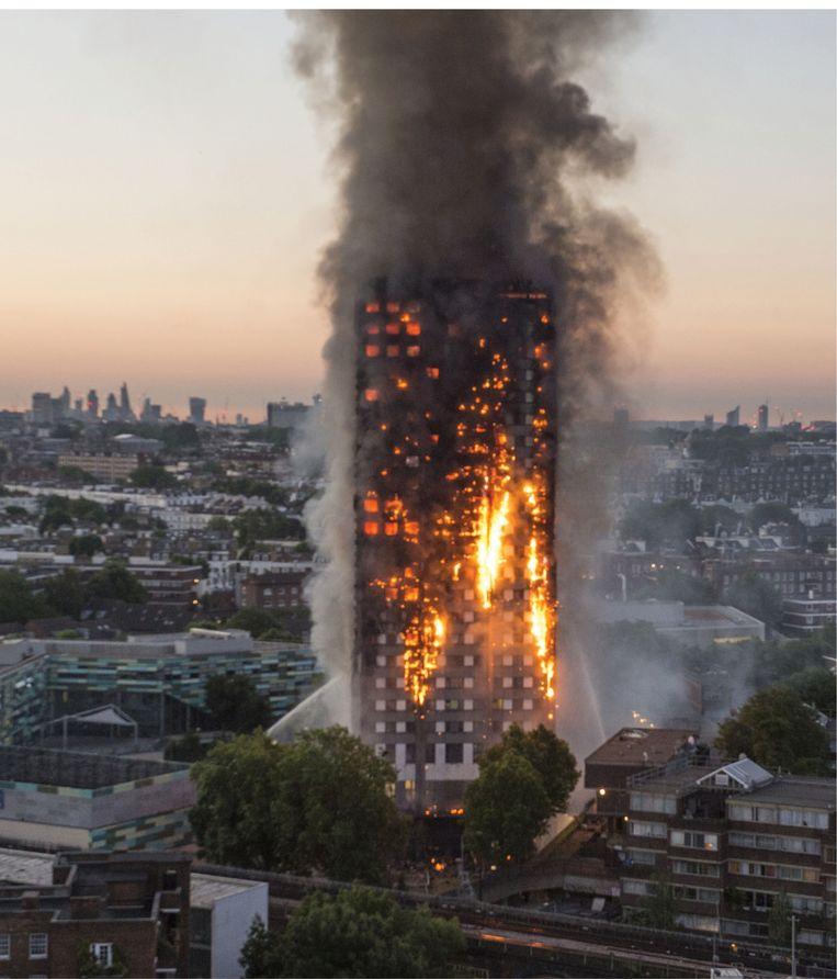 De Grenfelltoren in Londen werd in 2007 compleet verwoest door een brand. Daarbij kwamen 72 mensen om. Volgens een rapport was de brandweer de schuldige.  Beeld