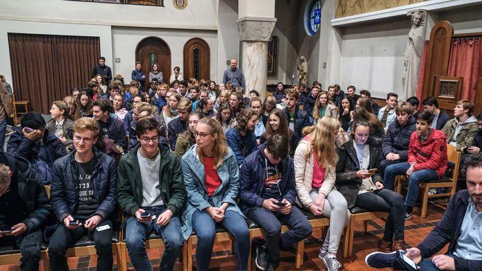 De jongeren namen daarna spontaan hun smartphone, om hun stem uit te brengen.