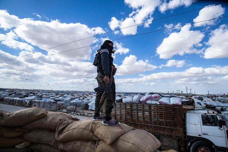 Een lid van de Koerdische veiligheidstroepen bij het al-Holkamp in Noordoost-Syrië.  Beeld Delil Souleiman / AFP