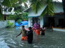 Golven van 14 meter beuken in op Indiase westkust, tienduizenden mensen geëvacueerd