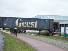 Chauffeur rijdt dwars door muur van bedrijf in Bergen op Zoom: 'We dachten dat er iets was ontploft'