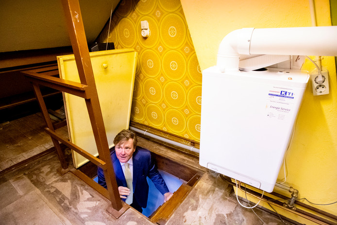 Koning Willem-Alexander bezocht een modelwoning in Purmerend die op stadsverwarming is aangesloten.