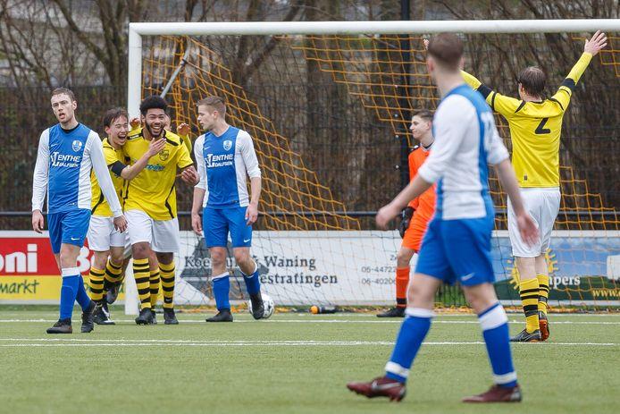 SV Zwolle viert een treffer in de laatste wedstrijd voor de coronabreak. Zondagmiddag hadden de Zwollenaren, na de 3-5 overwinning in de eerste speelronde, opnieuw reden voor een feestje.