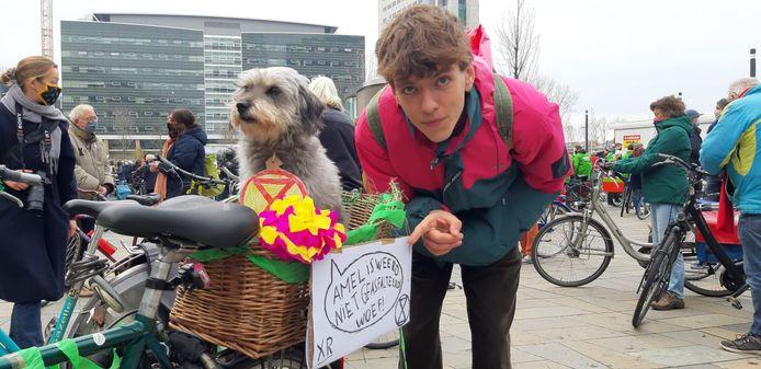 Rakker (10) en baasje Sebastiaan (20) demonstreren vandaag net als vele anderen tegen het verbreden van de A27.