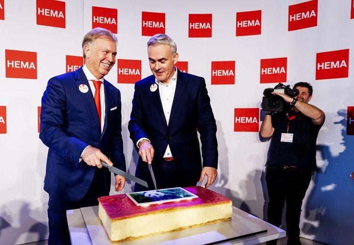 Ondernemer Marcel Boekhoorn (links) en Tjeerd Jegen (ceo van HEMA) snijden in oktober een mega-tompouce aan om te vieren dat Boekhoorn de winkelketen heeft overgenomen van het Britse Lion Capital.