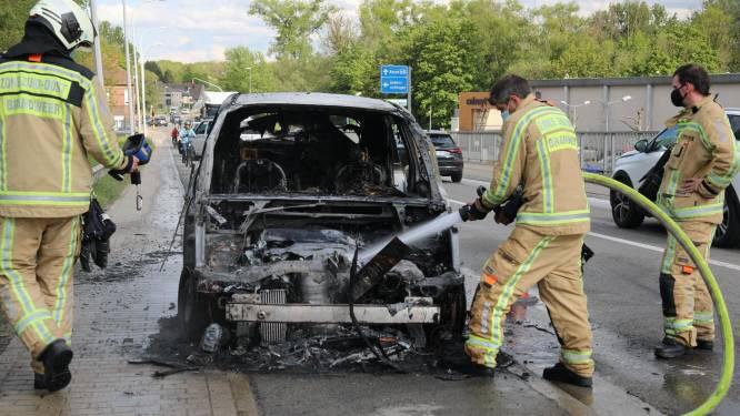 Oude Citroën gaat volledig in vlammen op: Bestuurder kan nog net op tijd uitstappen