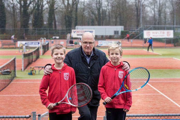 Theo Weijde, al 40 jaar lid, met de jeugdleden Mats Hubert (links) en Gijs Olthof.