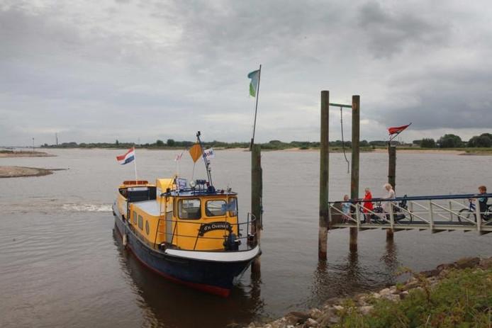 Pont D'n Overkant vaart over de Waal van Druten naar Dodewaard/Ochten.