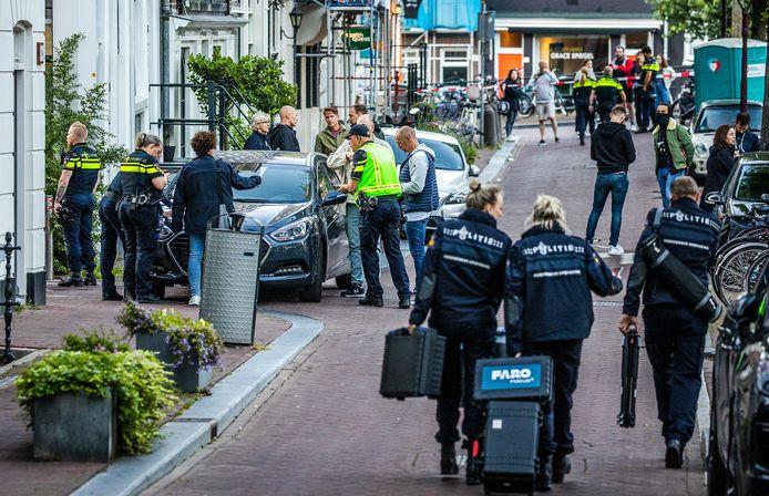 Bij een schietpartij in Amsterdam is misdaadverslaggever Peter R. de Vries dinsdagavond zwaargewond geraakt.