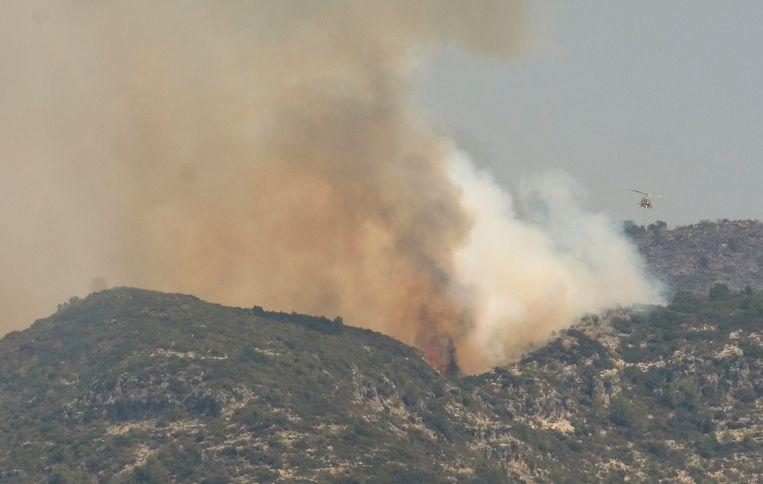 Bosbranden, zoals hier in Spanje, zijn een van de factoren die meer opwarming aandrijven, zelfs als we de uitstoot van broeikasgassen stoppen. Beeld REUTERS