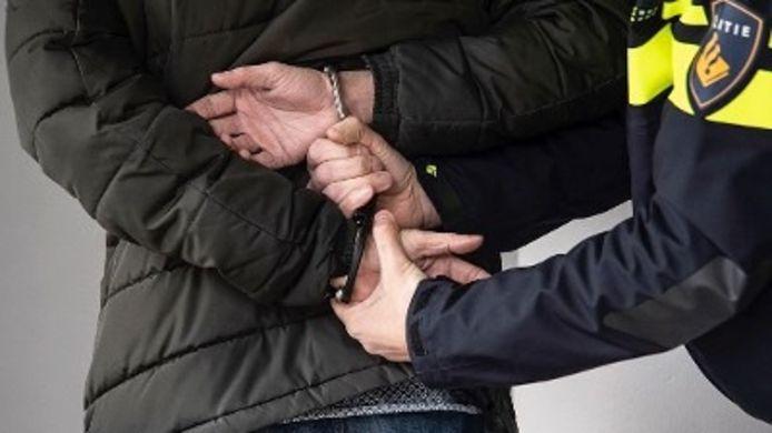 Een man wordt in de boeien geslagen. Foto ter illustratie.