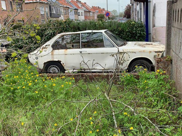 Ook deze oude BMW wordt gesloopt.