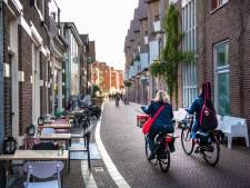Fietsen door de Kapelstraat in Apeldoorn aan banden