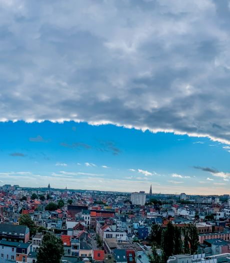 Une couverture nuageuse spectaculaire se déplace à travers le pays